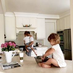 Family Life with Kids in the Kitchen Cute Family, Baby Family, Family Goals, Family Kids, Ohana Means Family, Foto Baby, Baby Kind, Baby Fever, Kids And Parenting