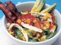 Receita de Salada de Frango com Bacon - filé de frango , sal, pimenta-do-reino branca, cebola, bacon , tomate, pimentão vermelho, milho verde, alface romana, abacate, suco de limão, vinagre branco, mostarda, óleo de milho, salsinha