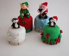 The Extraordinary Art of Cake: Buttercream Bakery Mini Christmas Cakes Mini Christmas Cakes, Christmas Cupcakes Decoration, Christmas Cake Designs, Christmas Sweets, Christmas Minis, Holiday Cakes, Christmas Baking, Christmas Cookies, Xmas Cakes