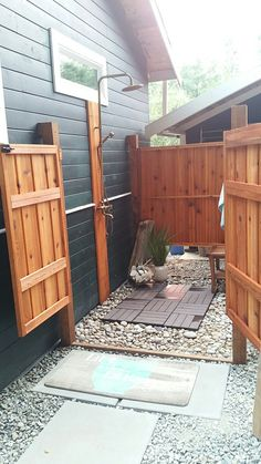 Weekend DIY outdoor shower outdoor bathroom. What a great way to shower at the cabin .... at the end of a warm day in the yard, a day at the beach or just a refreshing wake-up in the morning.