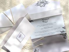 Wykonane w formie składanej koperty o dodatkowych wrotach oddzielających główną treść od transparentnej zapinki z cytatem. / Made in the form of a folded envelope with additional gates separating the main content of transparent clips with the poem quote.