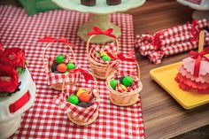 Festa tema Picnic para irmãos | Macetes de Mãe Picnic Party Decorations, Picnic Birthday, Diwali, Holidays And Events, Tropical, Gift Wrapping, Kids, Masha And The Bear, Cherries