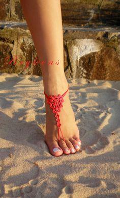 Damigella donore Crochet sandali a piedi nudi * * *  Rosso alluncinetto sandali a piedi nudi. Semplice ancora elegante per le vostre damigelle!  100% cotone. Decorazione molto bello e originale per i vostri piedi.  Adatto per passeggiate lungo la spiaggia, per matrimonio sulla spiaggia, per servizi fotografici, spiaggia piscina.   Il prezzo è per una coppia. Si prega di selezionare U.S. scarpe taglia dal menu a discesa.  Se volete vedere tutti i miei sandali a piedi nudi, seguire il link…