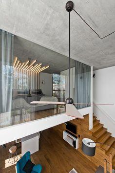 suelo y paredes de madera en el loft con diseño escandinavo