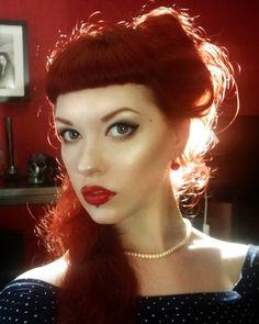 Red Hair Pin-Up Retro Make Up Pale Skin