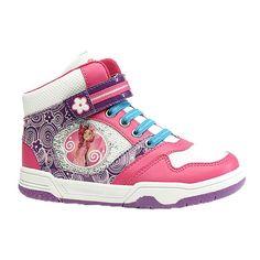 Cool und sportlich: die Mia and me – Kinder Sneakers (hoch/gepolstert). Ein guter Halt ist dank gepolstertem Schaft und robuster Sohle in diesen Kinderschuhen garantiert. Klettverschluss und Reißverschluss erleichtern zusätzlich das Anziehen. Ein süßes Bild von Mia auf Glitzer-Pailletten ziert diese sportlichen Mia and me-Schuhe zusätzlich. Modisch gekleidet in ihren Mia and me – Kinder Sneakers (hoch/gepolstert) gehen Mia and me-Fans allen Freizeitakti...