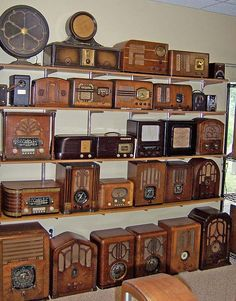 Vintage Antique Video killed the Radio star! Check for the best industrial style TV Vintage Tv, Vintage Antiques, Vintage Cameras, Old Time Radio, Retro Radios, Record Players, Antique Decor, Antique Furniture, Displaying Collections