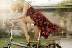 From the Archives: Oscar de la Renta in Vogue – February 2007 - Renée Zellweger, photographed by Mario Testino Mario Testino, Vogue Fashion, Fashion Art, Fashion Design, Daily Fashion, Vogue Photo, Female Cyclist, Renee Zellweger, Cycle Chic