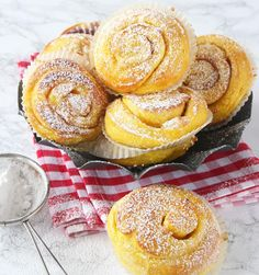 Saffransbullar med mandelmassa Candy Recipes, Baking Recipes, Dessert Recipes, Christmas Sweets, Christmas Baking, Swedish Recipes, Sweet Recipes, Donuts, The Best