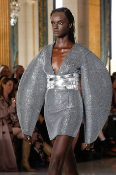 Balmain Spring 2019 Ready-to-Wear Fashion Show Details: See detail photos for Balmain Spring 2019 Ready-to-Wear collection. Look 101 Grey Fashion, Runway Fashion, High Fashion, Fashion Show, Womens Fashion, Fashion Design, Paris Fashion, Pierre Balmain, Catwalk Models