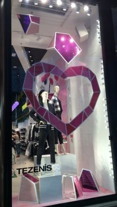 online and offline Valentine's Day campaign - Ispira.Blog Links Of London, Restaurant Ideas, Thomas Sabo, Chopard, Visual Communication, Furla, Visual Merchandising, Lava Lamp, Valentines Day