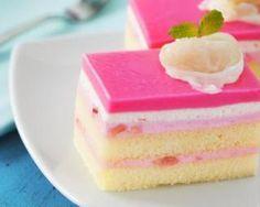 Entremet mousse litchis, miroir fraises et biscuit-gâteau au yaourt 0% : http://www.fourchette-et-bikini.fr/recettes/recettes-minceur/entremet-mousse-litchis-miroir-fraises-et-biscuit-gateau-au-yaourt-0.html
