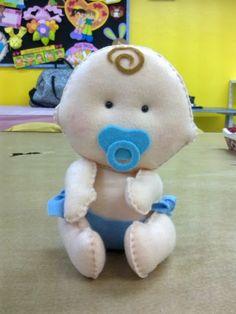 Este é o menininho de feltro....  Estou postando os moldes dos bebês de feltro para vocês ...