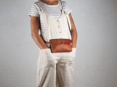 Riñonera de cuero pequeña riñonera mujer marrón bolso de | Etsy Leather Bum Bags, Leather Fanny Pack, Brown Leather Belt, Cow Leather, Belt Bags, Hip Bag, Small Bags, Sustainable Fashion, Etsy