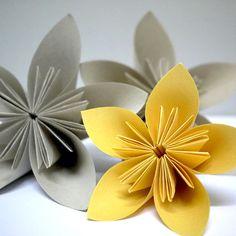 Vi har fått mange spørsmål om origamiblomstenevi har laget til dekorasjon i butikken.Under finner du en instruksjonsvideo som forklarer steg for steg hvordan