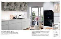 Nouvelle cuisine Ikea 2017 - Cuisine METOD habillée des portes KALVIA imprimées en panneau de particules, feuille décor, plastique ABS et des portes et faces de tiroirs VOXTORP blanches en panneau de particules, feuille décor, plastique ABS. Installation cuisine type à 459 euros. Nouveau revêtement mural LYSEKIL 29,95 euros/pc.Stratifié mélaminé à haute pression. L120×H55cm. Double face blanc/vert gris. Ikea. A retrouver page 13 du catalogue Cuisine Ikea 2017.