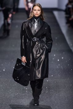 Alberta Ferretti Fall 2019 Ready-to-Wear Fashion Show - Vogue Alberta Ferretti, Vogue Paris, Catwalk Fashion, Milan Fashion Weeks, Vogue Russia, Celebrity Outfits, Fashion Show Collection, Mannequins, Leather Fashion