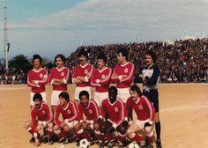 Benfica no campo do Vasco da Gama de Sines para a Taça de Portugal, em 1980/81.  De pé: Nené, Laranjeira, António Bastos Lopes, Veloso, Frederico e Bento. Agachados: Cahalana, Carlos Manuel, Shéu, Reinaldo e João Alves.