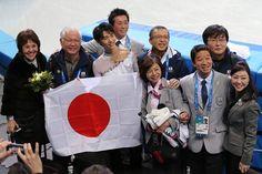 フラワーセレモニーの後、関係者らと記念撮影する羽生(左から3人目)(2014年02月14日) 【時事通信社】