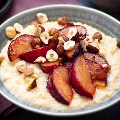 Hmmm... glutenfreies Porridge mit gerösteten Pflaumen: Das nennen wir mal Soulfood! Das perfekte Frühstück! #frühtstück #pflaumen #porridge #haferflocken #glutenfrei