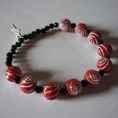 Bracelet élastique / perles rouges et facettes noire + breloque