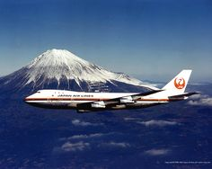 Japan Airlines (JAL) Boeing 747 (Vintage Livery) flies past Japan's Mount Fuji. Commercial Plane, Commercial Aircraft, Japan Airlines Flight 123, Bike Illustration, Passenger Aircraft, Air Photo, Airplane Art, Aircraft Photos, Mount Fuji