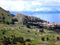 Vista de Copacabana y el lago Titicaca desde la ruta hacia el estrecho de Tiquina