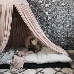 An easy way to make a cozy corner for kiddos! Beach Bedding Sets, Toddler Girl Bedding Sets, King Bedding Sets, Baby Corner, Black Bed Linen, Bedroom Corner, Cheap Bed Sheets, Bedding Sets Online, Buy Bed