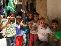 Sabine Wilke, Pressesprecherin von Care, ist nach Jordanien gereist, um sich ein Bild über die Situation der Flüchtlinge zu machen. Vor Ort unterstützt Care syrische Flüchtlingsfamilien mit Bargeldzahlungen. Und das ist auch bitter nötig, da die Ersparnisse der Flüchtlinge längst aufgebraucht sind und sie ohne fremde Hilfe weder ein Dach über dem Kopf noch Geld für Essen hätten.