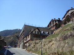 Con más de 40 iglesias románicas, Andorra te invita a descubrir el arte románico de la zona y sus paisajes más singulares. ¡Descubre el pasado de Andorra y disfruta de nuestra cultura!  ¡Viaja a nuestro pasado con el arte románico! Déjate guiar y descubre las iglesias más emblemáticas del Principado, con las que descubrirás el legado de nuestros antepasados y disfrutarás de una oportunidad única de conocer la historia y la cultura de Andorra. Son pequeñas construcciones