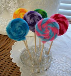 Pipe cleaner lollipops... great for Candy Land or Willy Wonka themes. These look easy enough to duplicate.