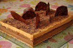 Entremet au chocolat, caramel et noisettes (biscuit Joconde, mousse, croustillant, bavarois)