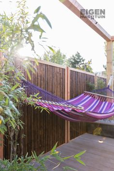 Wil jij zelf ook lekker relaxen in een hangmat deze zomer? Tom heeft een handig stappenplan gemaakt met een handige constructie voor in de tuin! | DIY: a hammock | #ehet #eigenhuisentuin #styling #decoratie #decoration #inspiratie #inspiration #interior #interieur #homedesign #homedecoration #moderninterior #moderninterieur #interiordesignideas #interiordecor #homeinspo #decorlovers | Eigen Huis & Tuin Outdoor Furniture, Outdoor Decor, Home Design, Hammock, Diys, Relax, Garden, Home Decor, Decoration Home
