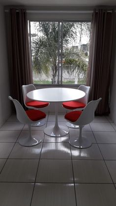 conjunto Saarinen, mesa e cadeiras. Espaço lindo, agradável e de bom gosto. Eames, Mesa Saarinen, Tulip Chair, Tulip Table, Round Dining, Round Dining, Home Furnishings, Chairs