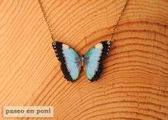 Colgante Mariposa Azul Cielo. Impresión sobre madera.   ♥ ♥ ♥ ♥ ♥ ♥ ♥   A sky blue butterfly necklace with a design on printing wood.