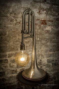 Lampe avec une trompette recyclée