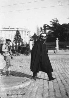 Un alabardeto por la calle de Alcala año 1900 f. H.Deneux