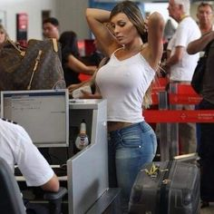 Fun Moments At Airports Fit Women Bodies, Female Bodies, Latina Pics, Brazilian Models, Beautiful Women Pictures, Girls Jeans, Business Women, In This Moment, Fun