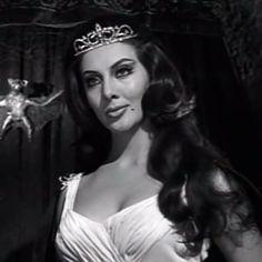 La bellísima Lorena Velázquez como la seductora Zorina. Una creación de su legendario personaje y consagración en el cine mexicano.