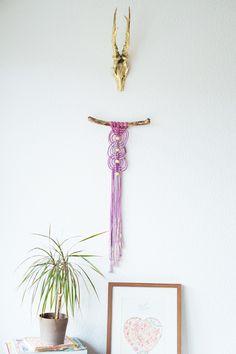 Makramee-Blumenampeln und gewebte Wandteppiche. Sie sind zurück. Mal wieder. Webt ihr schon oder wehrt ihr euch noch?