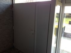 Aluminium voordeur met vleugeloverdekkend oplegpaneel aan de binnenzijde.