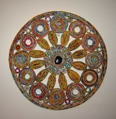 mandala feita com 16 folhas de propaganda, cola, água e um cristal de sodalita. Para os estudiosos dos cristais, a sodalita traz equilíbrio ...