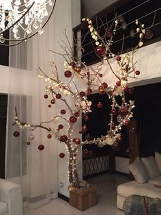 Sophisticated Christmas tree, gorgeous and modern decor Christmas Branches, Christmas Tree Design, Rustic Christmas, Xmas Tree, Simple Christmas, Christmas Holidays, Christmas Crafts, Christmas Ornaments, Front Door Christmas Decorations