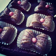 Aujourd'hui, je vous propose une recette totalement inédite de petits gâteaux qui prennent la forme de nœuds et qui sont garnis d'une farce aux amandes ! Totalement girly, j'espère qu'ils vous plairont et vous inspireront ! Ingrédients: Pour la pâte :...