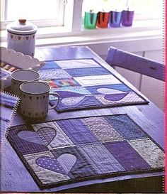 Patchwork placemats with recycled denim Table Runner And Placemats, Quilted Table Runners, Quilt Placemats, Small Quilts, Mini Quilts, Quilting Projects, Sewing Projects, Fabric Crafts, Scraps Quilt