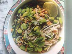 Nudler, edamame, saltede peanuts, agurk, koriander. Dressing af sesamolie, jordnøddeolie, soja, fiskesauce, limesaft, limeblade