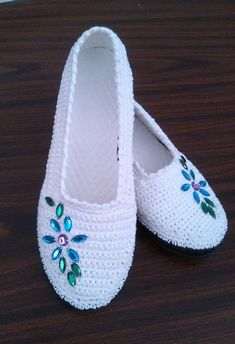 This Pin was discovered by Sevwomens slippers to crochet inRussian - save for shoe ideasPerfect for Summer!Crochet pattern espadrilles, s Crochet Sandals, Crochet Boots, Crochet Slippers, Love Crochet, Crochet Clothes, Crochet Baby, Knit Crochet, Crochet Slipper Pattern, Crochet Patterns
