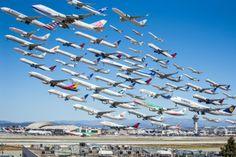 """""""Wake Turbulence"""" nennt der amerikanische Fotograf Michael Kelley seine Fotomontage, die startende Flugzeuge am Los Angeles International A..."""