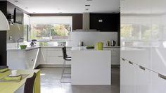 Vivienda equipada con el modelo de cocina MINOS-L blanco brillo de Santos.