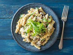 Romige fusilli met warmgerookte makreel, champignons en rucola
